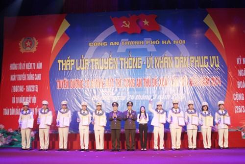 Lãnh đạo Bộ Công an và CATP Hà Nội chụp ảnh lưu niệm cùng 10 gương mặt trẻ