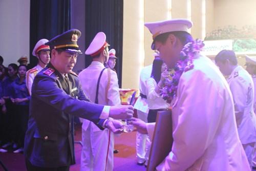 Trung tướng Nguyễn Xuân Mười – Phó Tổng cục trưởng Tổng cục Chính trị CAND trao Giải thưởng cho các gương mặt trẻ Công an Thủ đô xuất sắc tiêu biểu năm 2014
