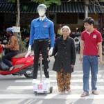 Robot dẫn người qua đường và cảnh báo dừng xe được thử nghiệm