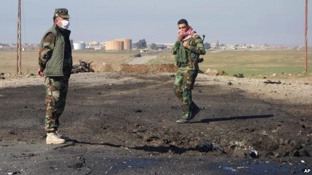 Nhiều chiến binh quân đội người Kurd đã cảm thấy bị khó thở sau cuộc tấn công của các chiến binh IS gần thành phố Irbil. Ảnh: AP.