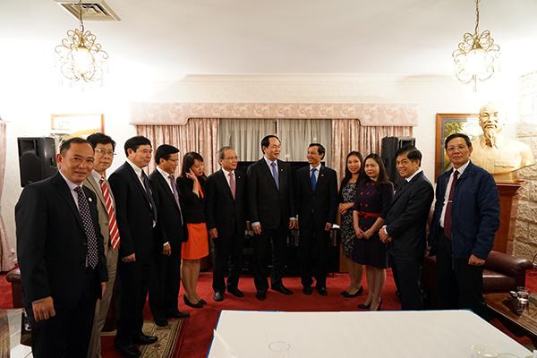 Bộ trưởng Trần Đại Quang nói chuyện thân mật với cán bộ, nhân viên Đại sứ quán Việt Nam tại Australia. Ảnh: Trí Trung.