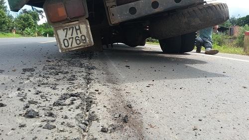 Sự cố làm mặt quốc lộ bị hư hỏng
