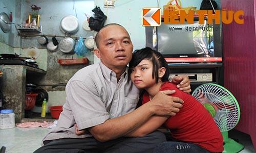 Sau hơn 1 tháng trời lăn lội khắp nơi tìm kiếm, anh Hường đã tìm thấy và đưa con gái về nhà an toàn