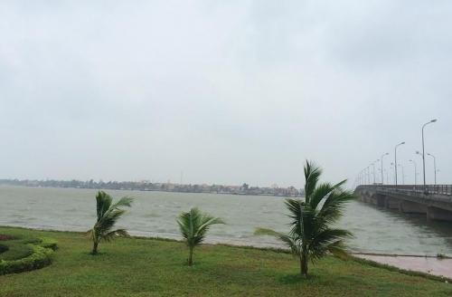 Từ sáng sớm, TP Đồng Hới đã xuất hiện mưa và gió