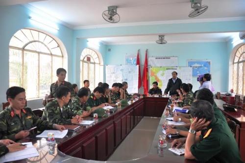 Ông Đinh Văn Thu, Chủ tịch UBND tỉnh Quảng Nam chỉ đạo cuộc họp khẩn để lên phương án phòng chống bão số 3
