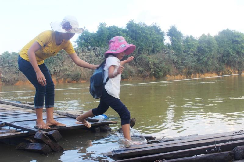 Theo ông Nguyễn Hồng Quân, Bí thư kiêm Chủ tịch UBND xã Phương Mỹ, có khoảng 70 học sinh muốn tới trường phải đi qua cầu phao.