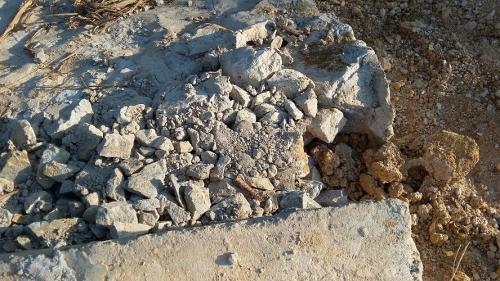 Từng mảng bê tông, đá đổ xuống chân cầu.