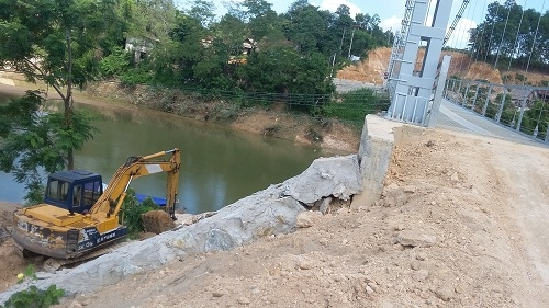 Khu vực mố cầu bị tách với trụ cầu