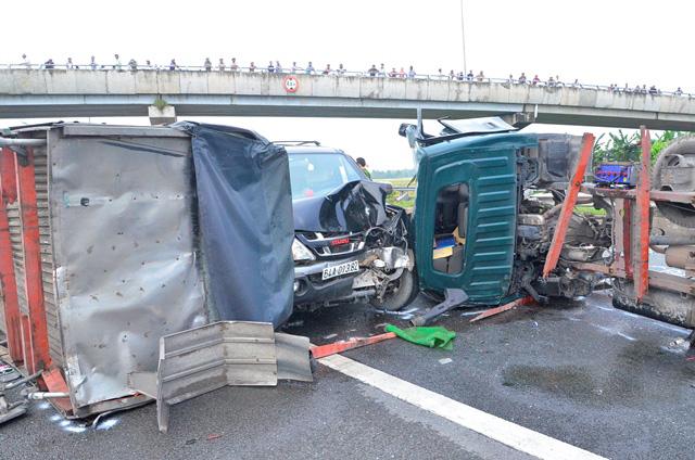 Hiện trường vụ tai nạn trên cao tốc.