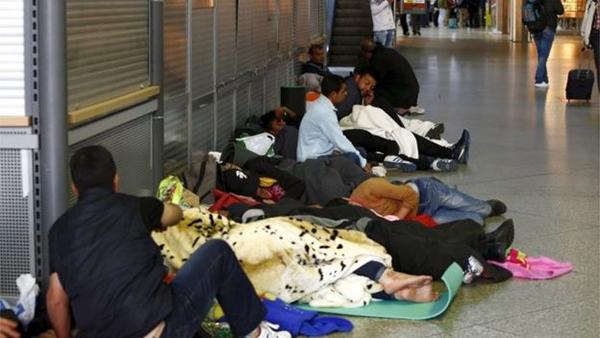 Những người di cư ngủ đêm tại một nhà ga ở Munich. Ảnh: Reuters.