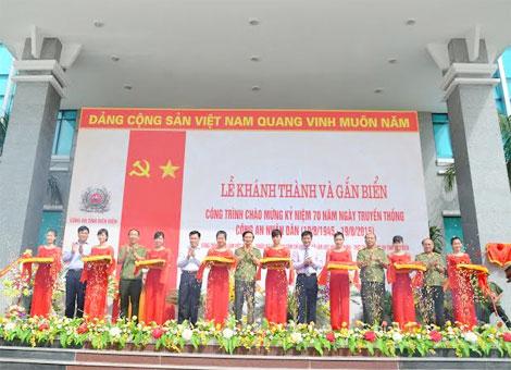 Thứ trưởng thường trực Đặng Văn Hiếu cùng các đồng chí lãnh đạo Tỉnh ủy, HĐND -UBND tỉnh Điện Biên cắt băng khánh thành công trình nhà làm việc 9 tầng.