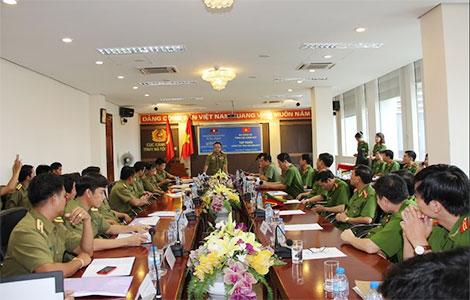 Đại tá Khăm Vơn, Phó Đại diện Bộ An ninh Lào tại Việt Nam phát biểu tại Lớp tập huấn.
