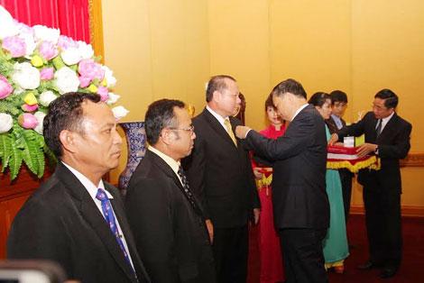 Thứ trưởng Tô Lâm trao Kỷ niệm chương Bảo vệ An ninh Tổ quốc cho các cán bộ Cơ quan đại diện Bộ An ninh Lào tại Việt Nam. Ảnh: Việt Hưng.