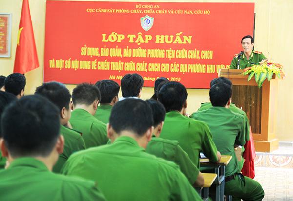 Thiếu tướng Đoàn Việt Mạnh, Cục trưởng Cục Cảnh sát PCCC và CNCH phát biểu khai mạc lớp tập huấn.