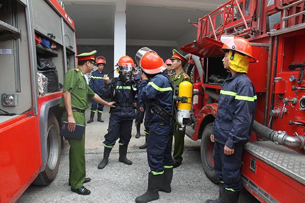 Cảnh sát PCCC sử dụng thành thạo các phương tiện hiện đại xử lý kịp thời khi cháy, nổ xảy ra.