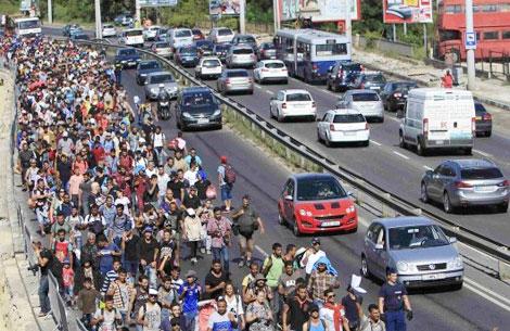 Dòng người di cư đổ từ Hungary đổ về biên giới nước Áo gây hỗn loạn giao thông. Ảnh: Reuters.