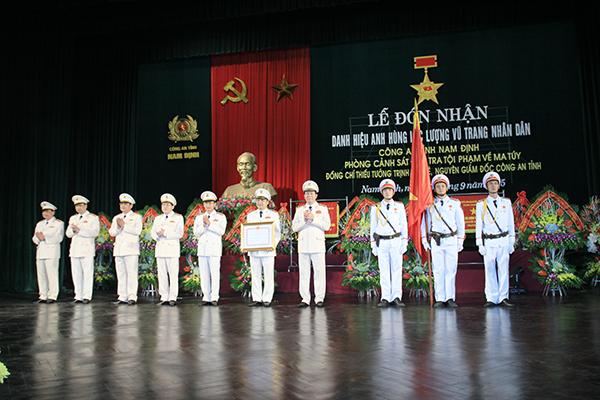 Bộ trưởng Trần Đại Quang trao bằng đơn vị Anh hùng LLVTND thời kỳ kháng chiến chống Mỹ cho Ban giám đốc Công an tỉnh Nam Định.