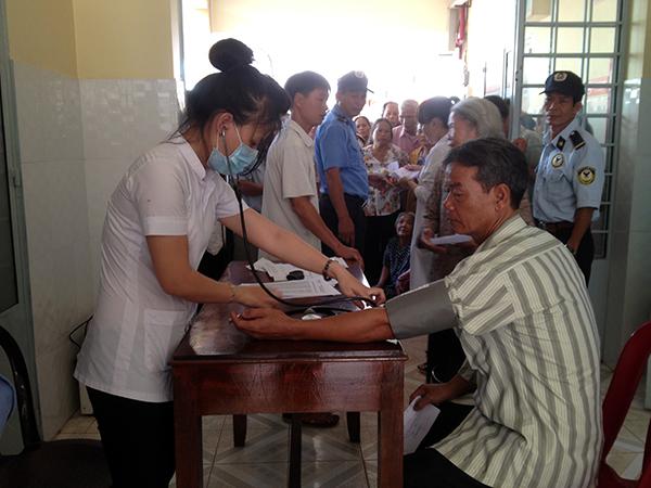 Các y, bác sỹ tận tình kiểm tra sức khỏe của bệnh nhân.