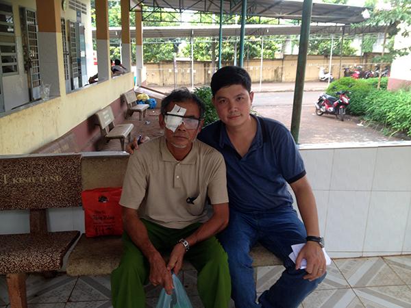 Ông Điểu Chớt vui mừng sau khi mổ mắt và chia sẻ cùng phóng viên.