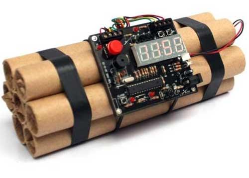 Chiếc đồng hồ báo thức hình quả bom hẹn giờ được tìm thấy trong hành lý xách tay.