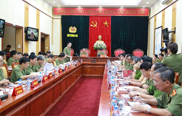 Trung tướng Nguyễn Danh Cộng, Chánh Văn phòng Bộ Công an báo cáo tình hình, kết quả các mặt công tác Công an trong Quý III năm 2015.