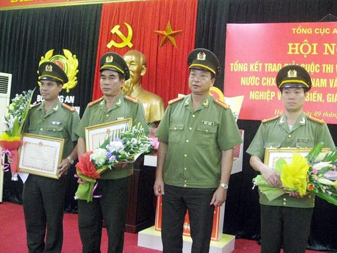 Đại tá Phạm Văn Trung, Phó Cục trưởng Cục A62 trao Bằng khen của Tổng cục tặng 3 đơn vị A62, A92 và A73 đạt giải A, giải B và giải C.