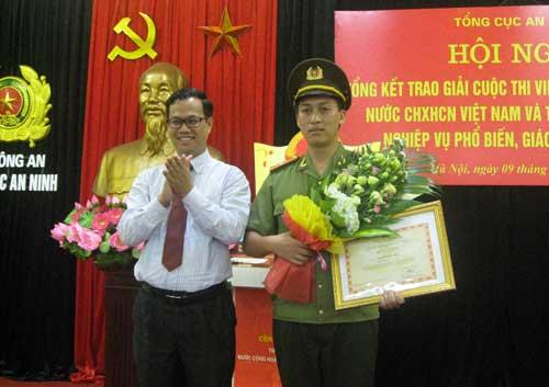 Đồng chí Đỗ Xuân Lân, Quyền Vụ trưởng Vụ Phổ biến giáo dục pháp luật, Bộ Tư pháp trao giải đặc biệt cho Đại úy Nguyễn Duy Hải, cán bộ Phòng 2, Cục A62.