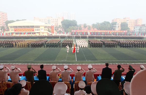 Các đại biểu làm lễ chào cờ.