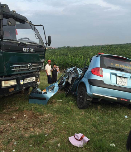 Hiện trường vụ tai nạn 2 xe tải và xe taxi tông nhau văng xuống vệ đê khiến 5 người thương vong