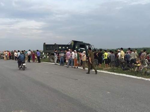 Rất đông người dân tới hiện trường vụ tai nạn giữa xe tải và xe taxi khiến 5 người thương vong