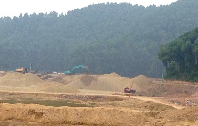Công trường khai thác cát tận thu từ lòng hồ Núi Cốc đang được công ty Đại Việt tiến hành