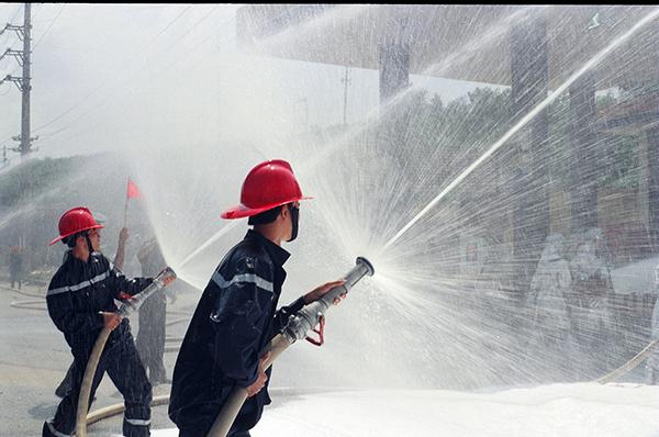 """Lực lượng Cảnh sát PCCC đang chiến đấu với """"giặc lửa""""."""