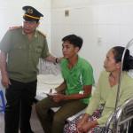 Cần Thơ – Ban lãnh đạo công an đến thăm hỏi, tặng quà Công an viên bị thương