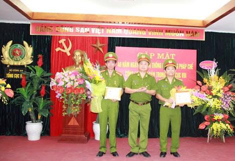 """Trung tướng Trần Anh Dũng trao Kỷ niệm chương """"Vì sự nghiệp tư pháp"""" cho các cá nhân có đóng góp cho công tác pháp chế"""