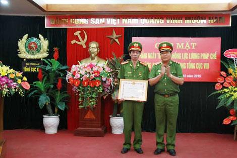 Trung tướng Hồ Thanh Đình, Phó Tổng cục trưởng Tổng cục VIII trao Bằng khen của Bộ trưởng Bộ Công an cho cá nhân có thành tích xuất sắc.