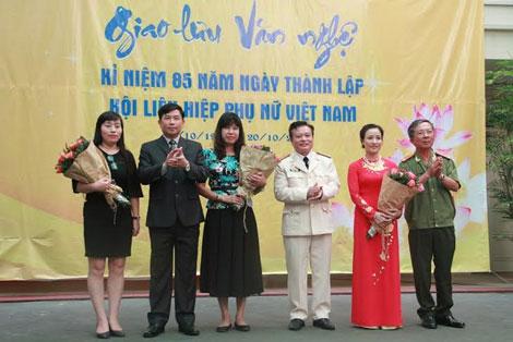 Đại diện Lãnh đạo 3 đơn vị tặng hoa cho đại diện Hội Phụ nữ các đơn vị.