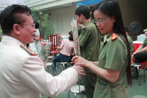 Đại tá Nguyễn Hồng Thái, Tổng biên tập Nhà Xuất bản CAND tặng hoa cho nữ chiến sĩ.