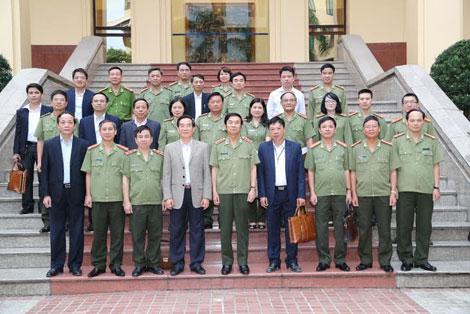 Thứ trưởng Thường trực Đặng Văn Hiếu; đồng chí Nguyễn Hữu Vạn, Tổng Kiểm toán Nhà nước với các đại biểu dự buổi họp.