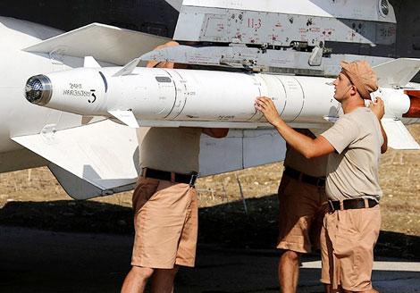 Chuẩn bị vũ khí cho máy bay chiến đấu của Nga ở Latakia trước khi tiến hành không kích. Ảnh: EPA.