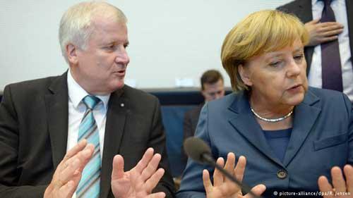 Chủ tịch đảng CSU Horst Seehofer đã yêu cầu Thủ tướng Angela Merkel phải chấm dứt chính sách nhận người di cư ở vùng biên giới Áo vào ngày 1/11. Ảnh: DPA.