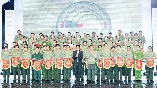 Thứ trưởng Thường trực Đặng Văn Hiếu, đồng chí Trần Bình Minh, Tổng Giám đốc Đài Truyền hình Việt Nam trao Cờ lưu niệm cho các đơn vị tham gia Liên hoan. Ảnh: Trần Ngọc