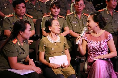 Các đại biểu tham gia giao lưu với khán giả truyền hình trong Lễ khai mạc.