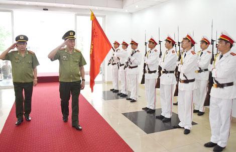 Bộ trưởng Trần Đại Quang duyệt đội danh dự tại Công an tỉnh Thừa Thiên- Huế.