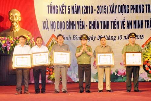 Thứ trưởng Bùi Văn Nam trao Bằng khen tặng các cá nhân, tập thể có thành tích xuất sắc.