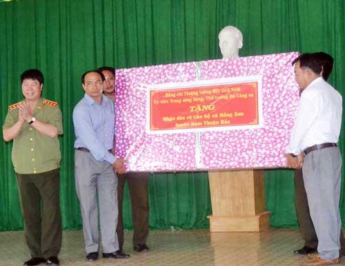 Thứ trưởng Bùi Văn Nam tặng quà UBND xã và Công an xã.