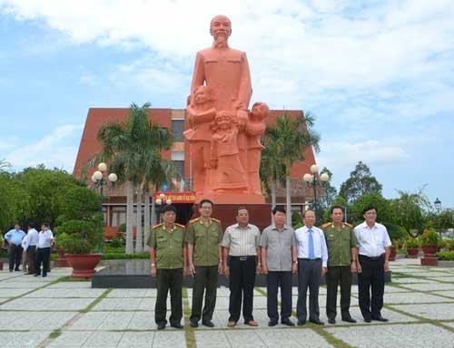 Thứ trưởng Bùi Văn Nam thăm khu di tích trường Dục Thanh.
