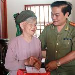 Đại tá Phạm Mạnh Thường tặng quà mẹ Việt Nam Anh hùng.