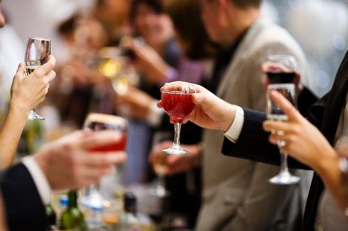 Uống quá nhiều rượu bia có thể làm tăng huyết áp, chất béo trung tính và calo.