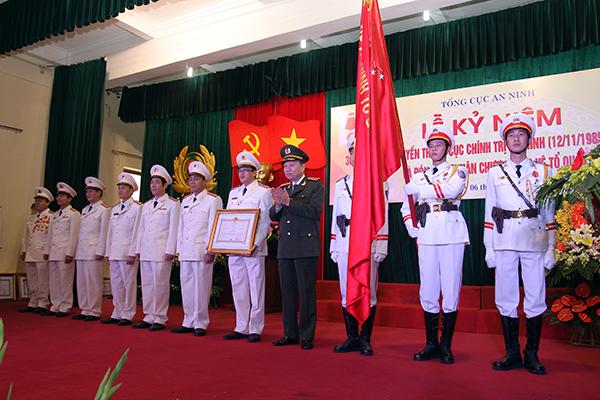 Thứ trưởng Tô Lâm trao Huân chương Bảo vệ Tổ quốc hạng Nhì tặng Cục Chính trị An ninh