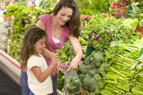 Tăng dần lượng chất xơ tiêu thụ hàng ngày bằng cách lựa chọn các loại thực phẩm giàu chất xơ như đậu, ngũ cốc, lê, táo, quả mâm xôi, mận khô, khoai lang, bông cải xanh…